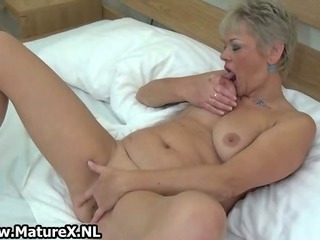 Chubby mature lady loves playing